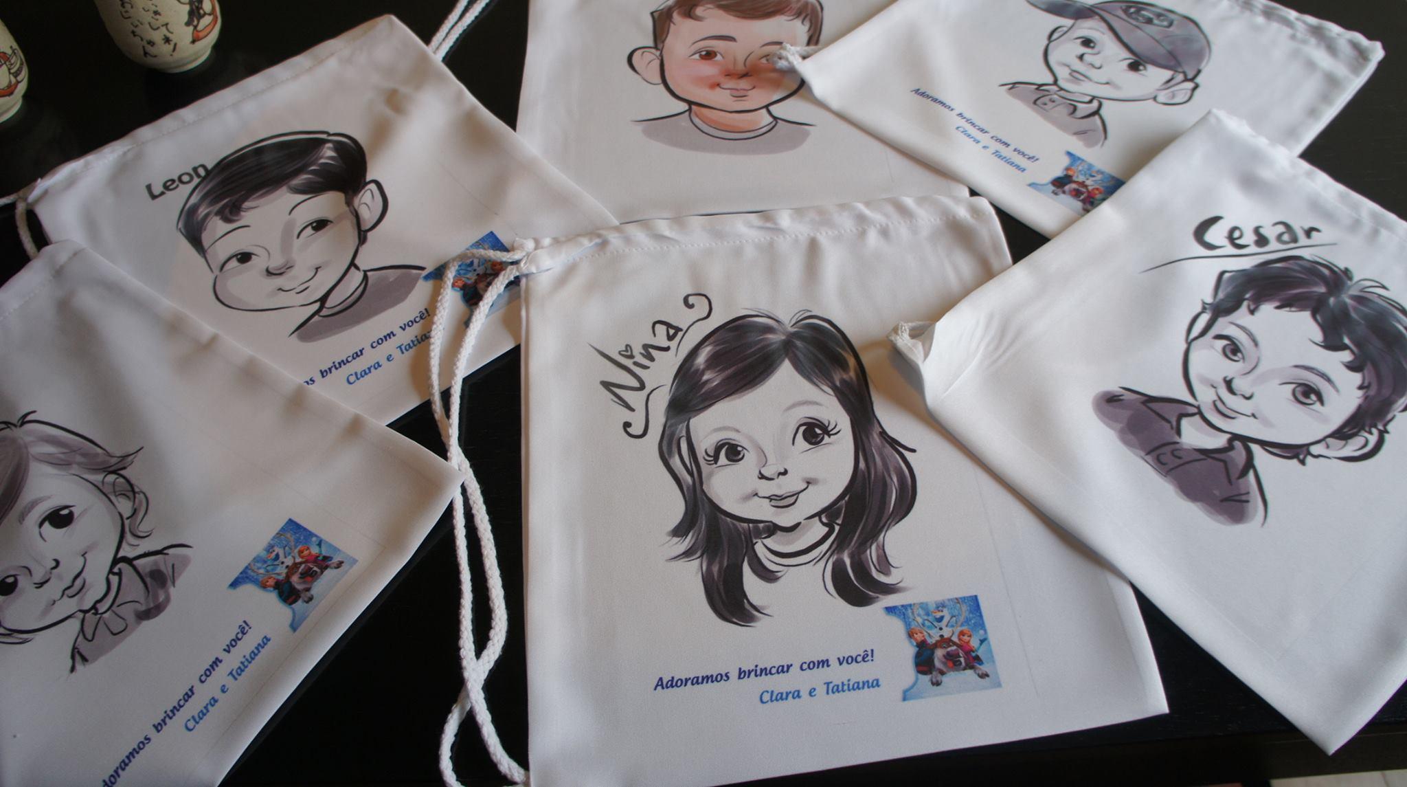 Caricaturas em mochilas de pano na festinha da Ana Clara